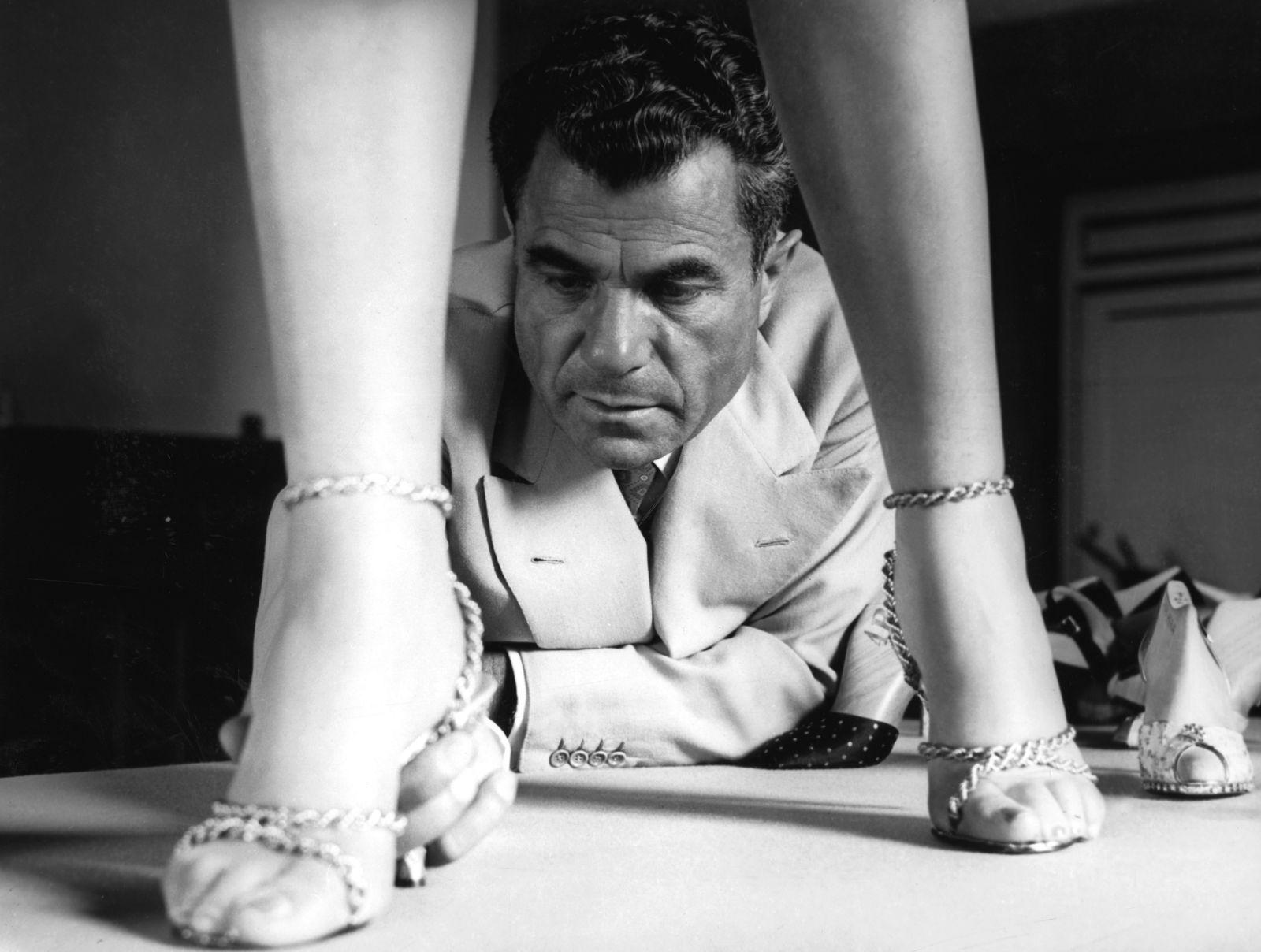 Salvatore Ferragamo testa il sandalo in oro a 18 kt su una modella, 1956. © Archivio Foto Locchi