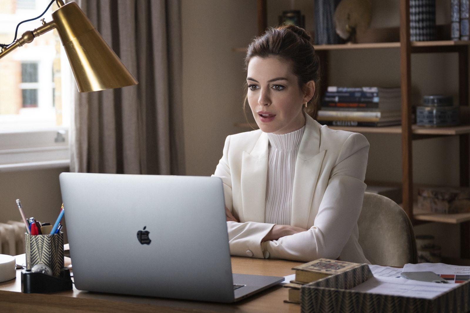 Anne Hathaway (© 2021 Warner Bros. Entertainment Inc. All Rights Reserved. Photo Credit: Susie Allnutt)